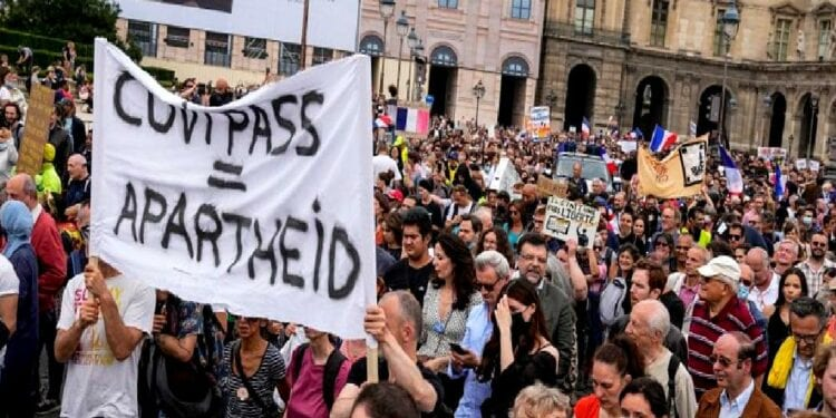French Police Lay Down Shields Join Protesters Marching Against Vaccine Passport